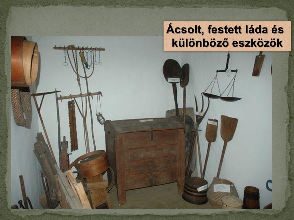 Ácsolt, festett láda és különböző eszközök Ácsolt, festett láda és különböző eszközök