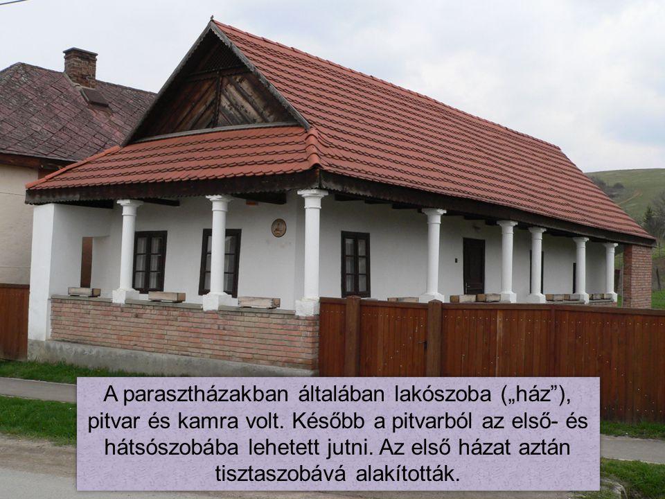 """A parasztházakban általában lakószoba (""""ház""""), pitvar és kamra volt. Később a pitvarból az első- és hátsószobába lehetett jutni. Az első házat aztán t"""