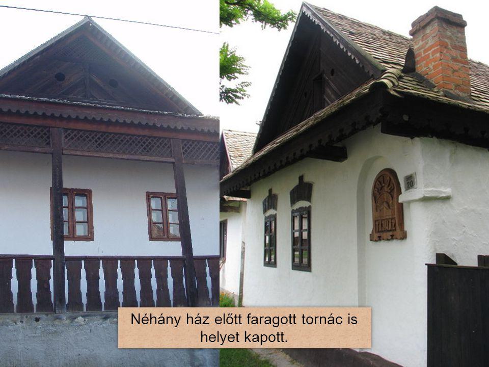 Néhány ház előtt faragott tornác is helyet kapott.