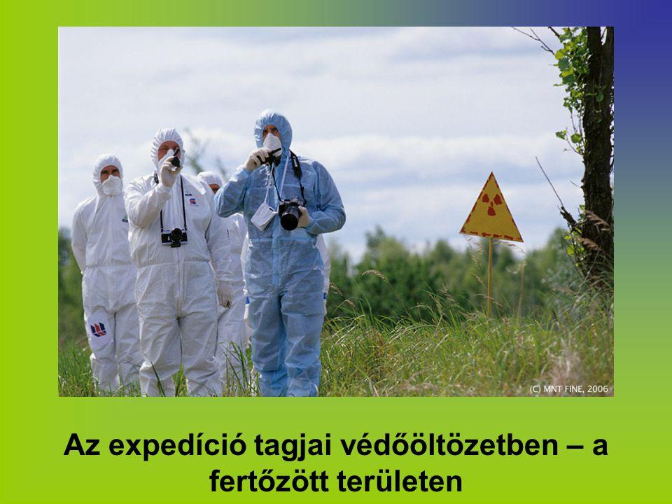 Az expedíció tagjai védőöltözetben – a fertőzött területen