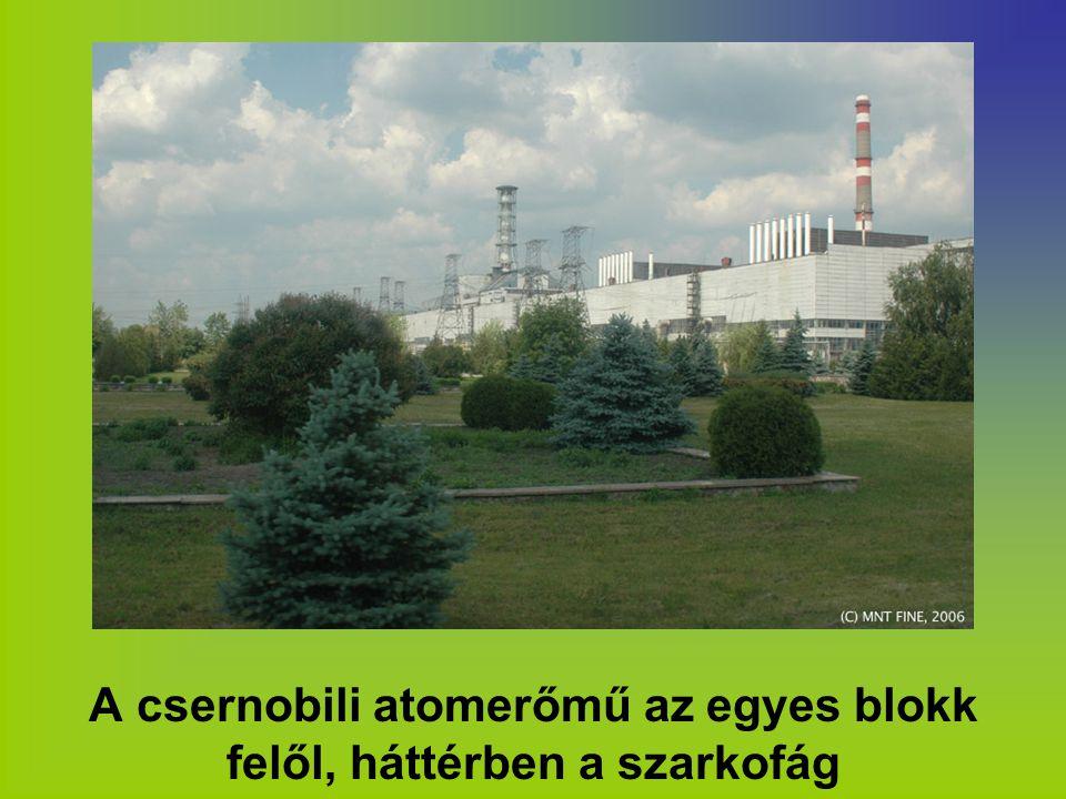 A csernobili atomerőmű az egyes blokk felől, háttérben a szarkofág