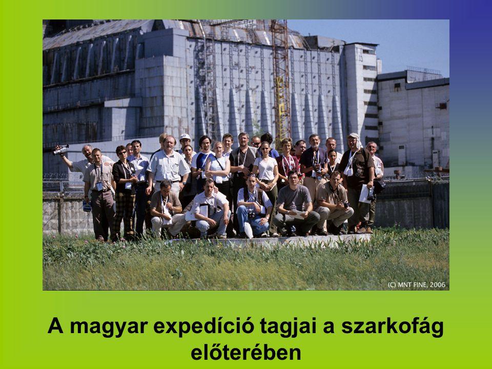 A magyar expedíció tagjai a szarkofág előterében