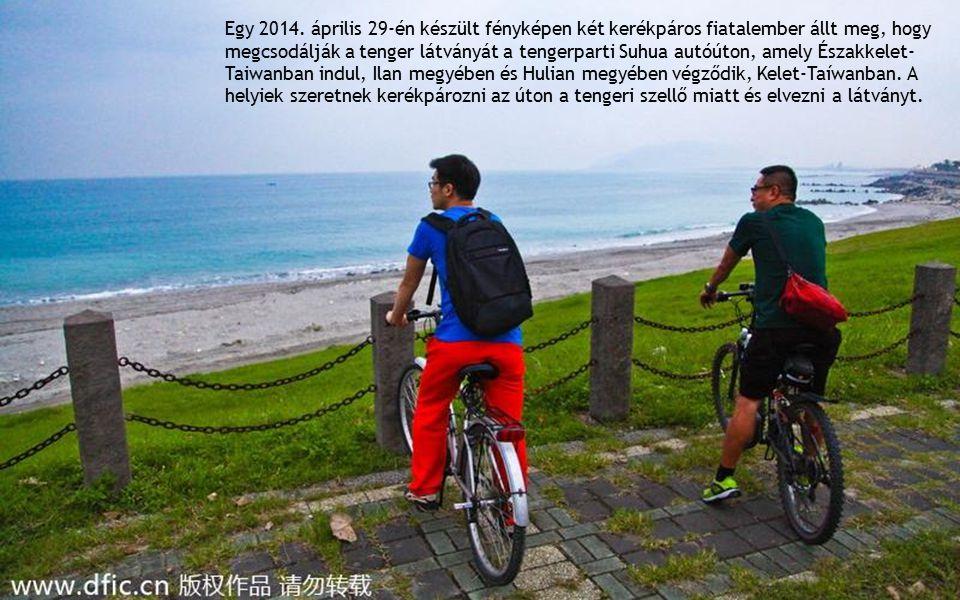 Egy 2014. április 29-én készült fényképen két kerékpáros fiatalember állt meg, hogy megcsodálják a tenger látványát a tengerparti Suhua autóúton, amel