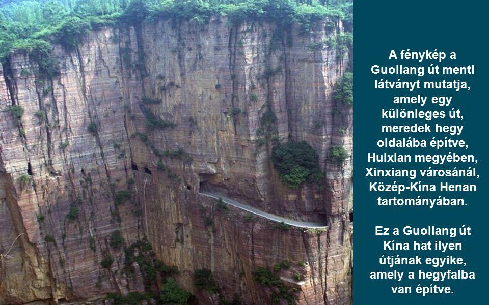 A fénykép a Guoliang út menti látványt mutatja, amely egy különleges út, meredek hegy oldalába építve, Huixian megyében, Xinxiang városánál, Közép-Kín