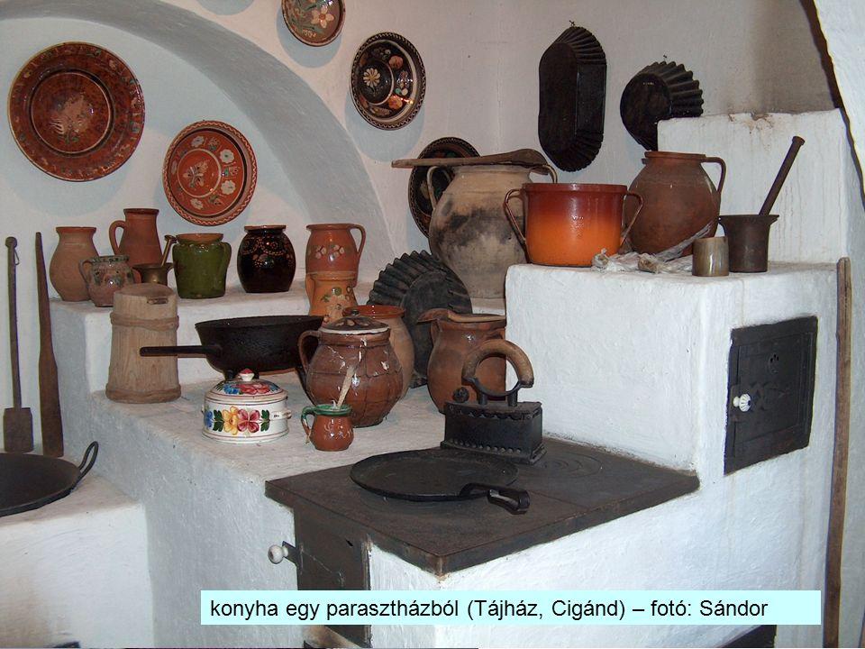 kalocsai népviselet konyha egy parasztházból (Tájház, Cigánd) – fotó: Sándor