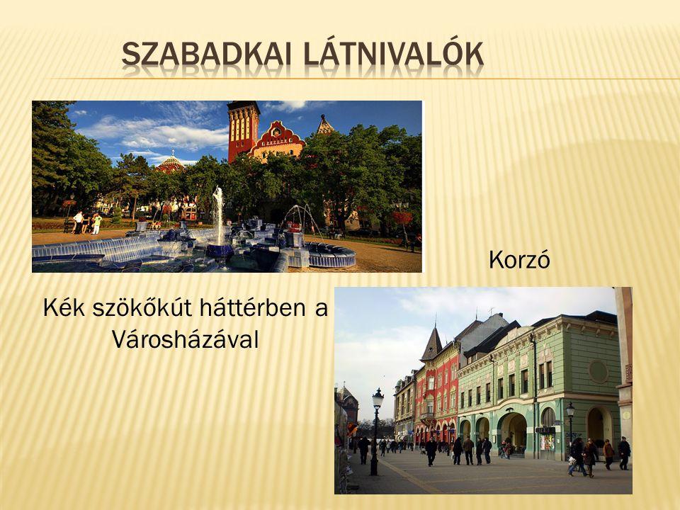 Kék szökőkút háttérben a Városházával Korzó