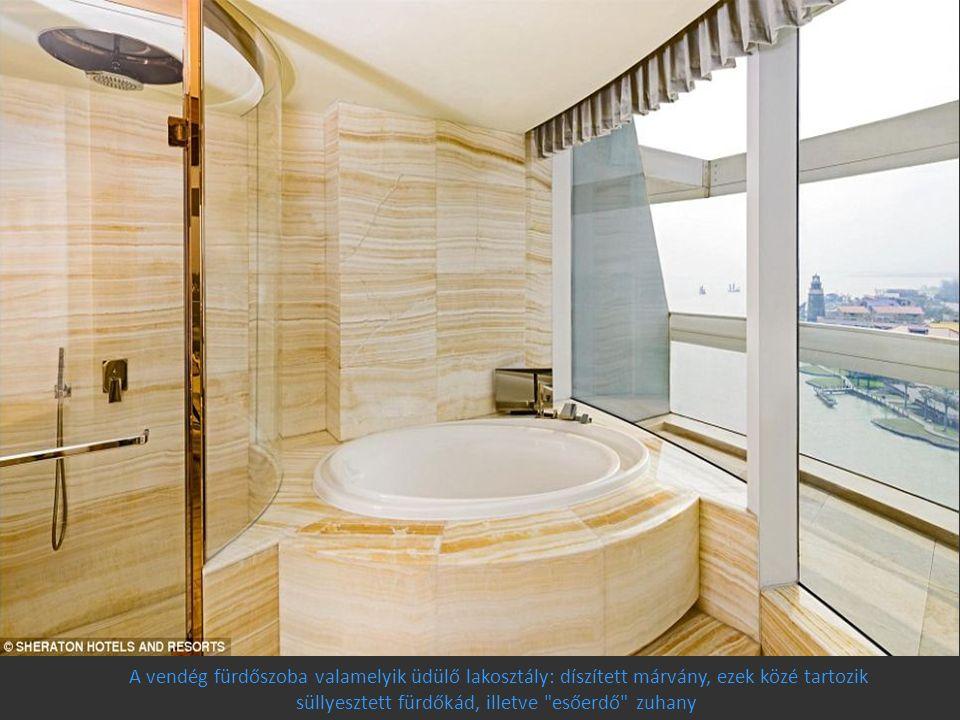 A vendég fürdőszoba valamelyik üdülő lakosztály: díszített márvány, ezek közé tartozik süllyesztett fürdőkád, illetve