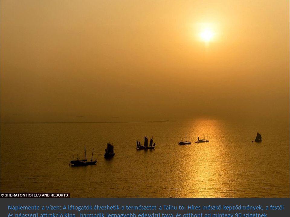 Naplemente a vízen: A látogatók élvezhetik a természetet a Taihu tó. Híres mészkő képződmények, a festői és népszerű attrakció Kína harmadik legnagyob