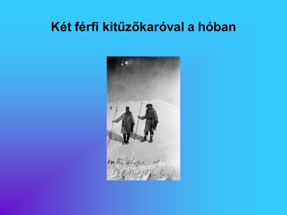 Két férfi kitűzőkaróval a hóban