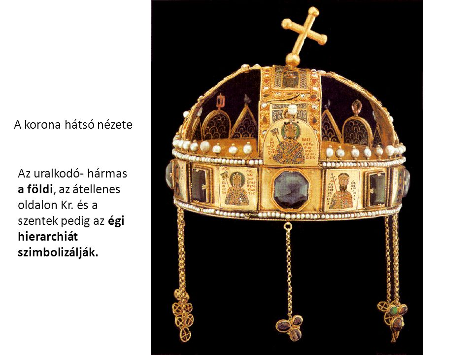 A korona hátsó nézete Az uralkodó- hármas a földi, az átellenes oldalon Kr. és a szentek pedig az égi hierarchiát szimbolizálják.