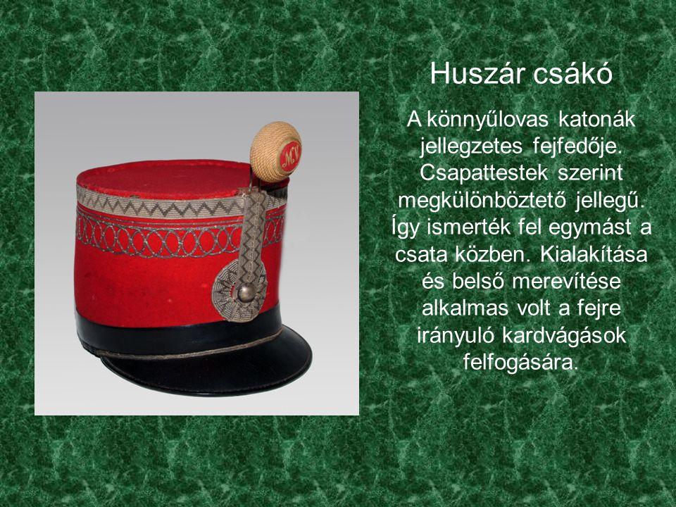 Huszár csákó A könnyűlovas katonák jellegzetes fejfedője.