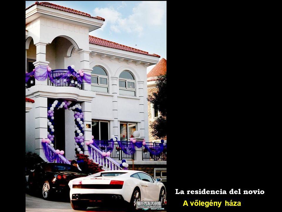 Esküvői limo: Rolls-Royce Phantom La limusina de la pareja: un Rollo-Royce Phantom
