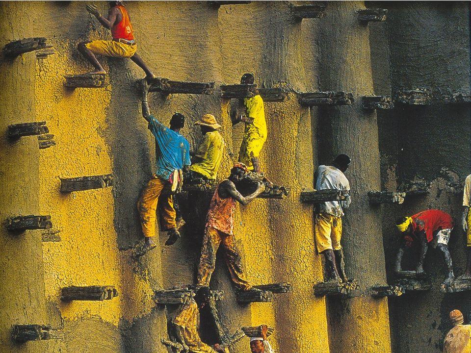ESHA CHIOCCHIO 2001 Djenné, Mali Munkások javítgatják a Nagymecset málladozó falait.