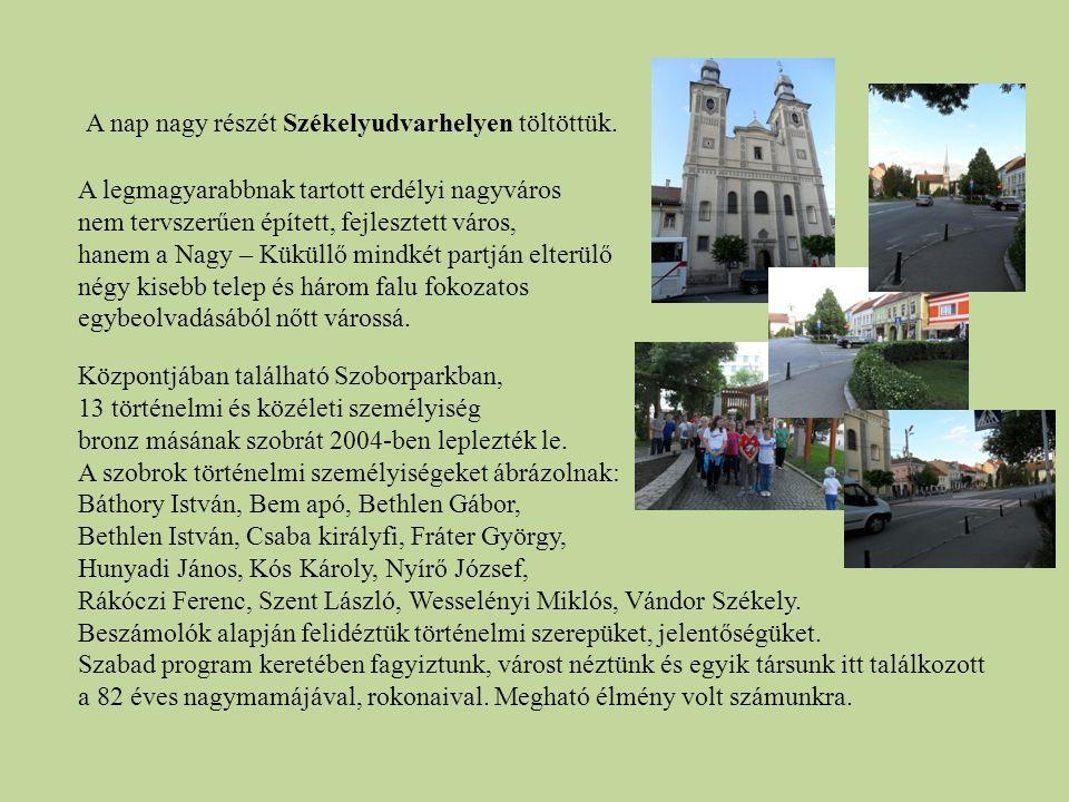 A nap nagy részét Székelyudvarhelyen töltöttük. Központjában található Szoborparkban, 13 történelmi és közéleti személyiség bronz másának szobrát 2004