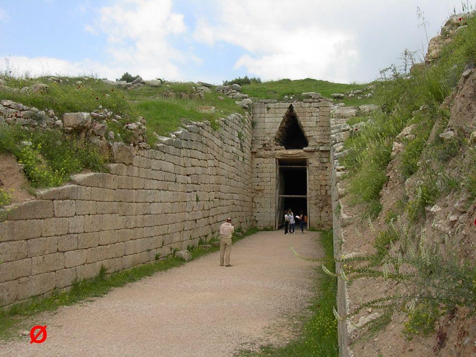 Az előző diakockán: A tholos- típusú sírkamrák bejárata Itt: a tholos- sír belső tere az álboltozattal.