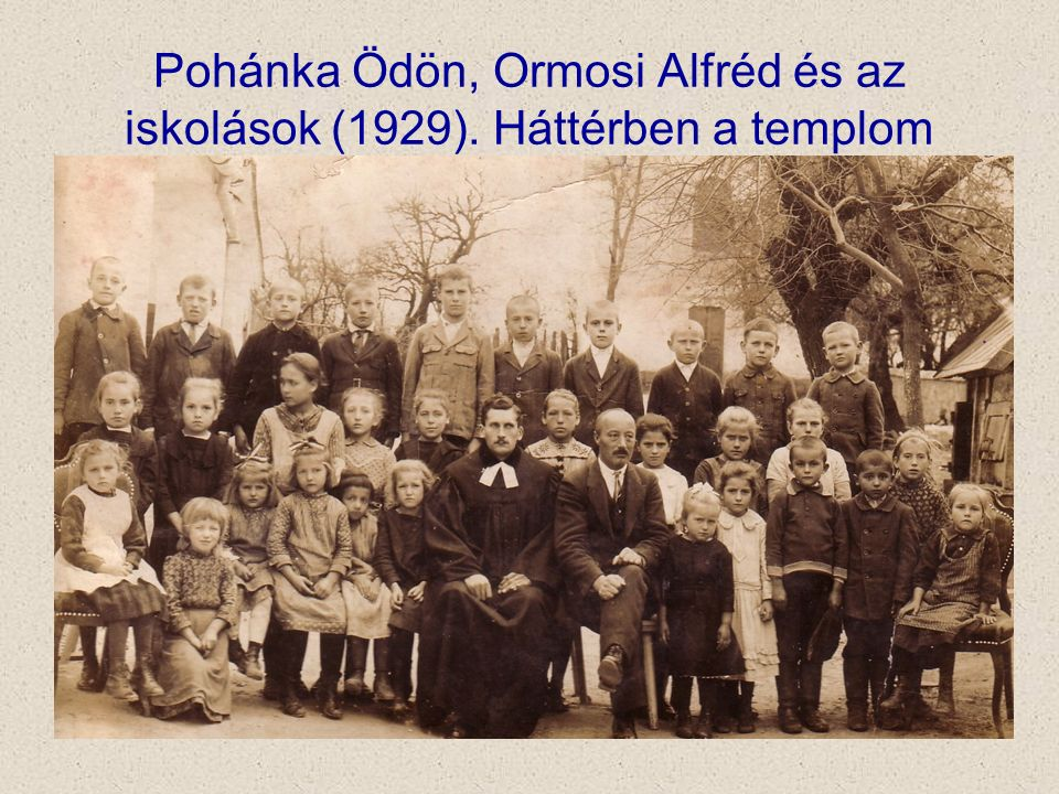 Pohánka Ödön, Ormosi Alfréd és az iskolások (1929). Háttérben a templom