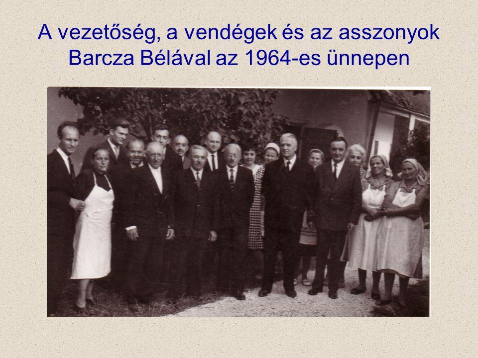 A vezetőség, a vendégek és az asszonyok Barcza Bélával az 1964-es ünnepen