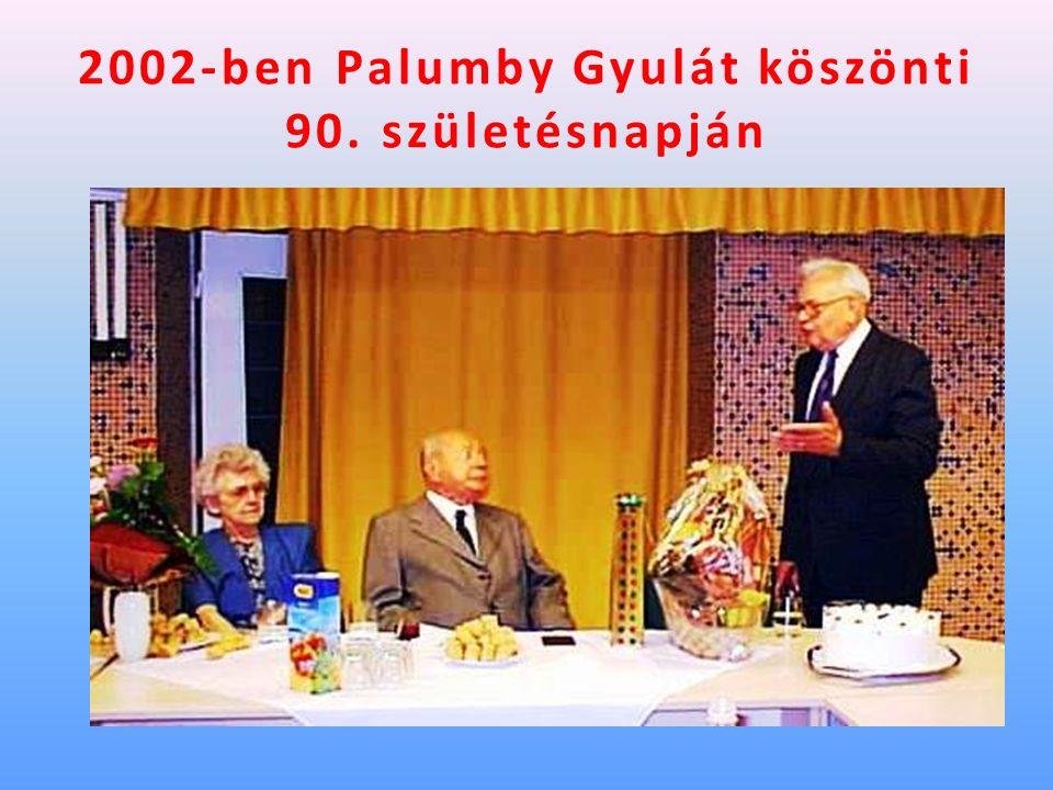 2002-ben Palumby Gyulát köszönti 90. születésnapján