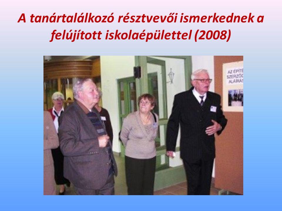 A tanártalálkozó résztvevői ismerkednek a felújított iskolaépülettel (2008)