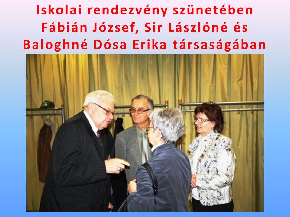 Iskolai rendezvény szünetében Fábián József, Sir Lászlóné és Baloghné Dósa Erika társaságában