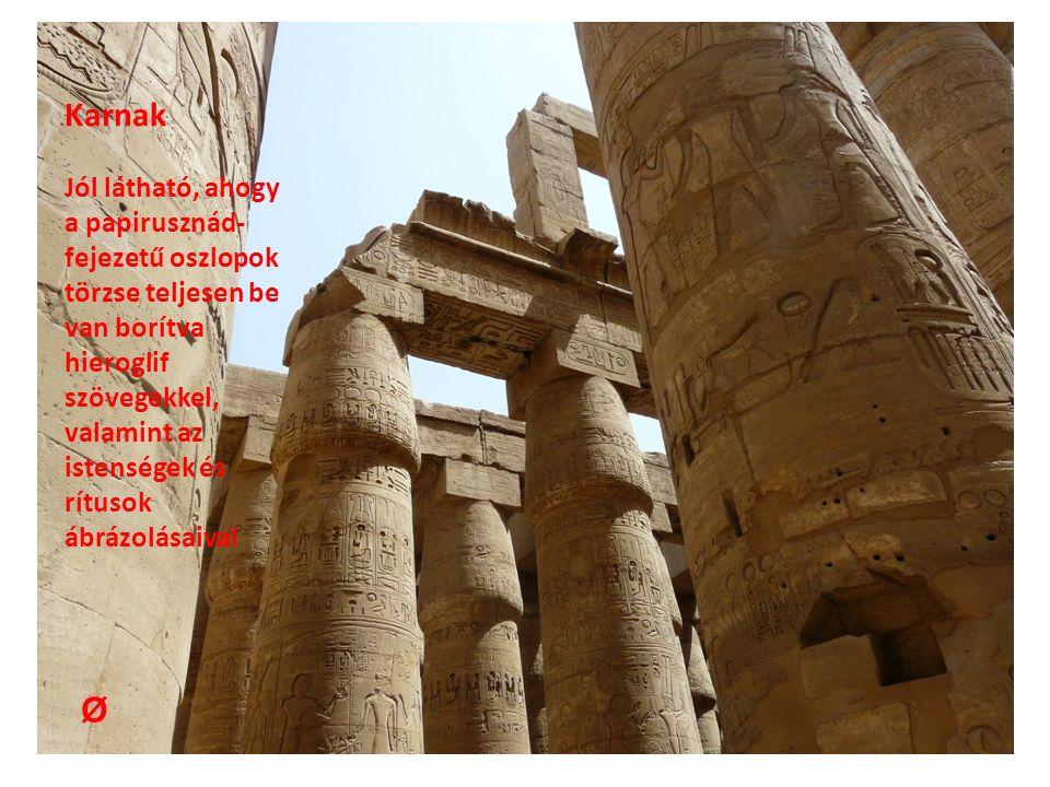 Karnak Jól látható, ahogy a papirusznád- fejezetű oszlopok törzse teljesen be van borítva hieroglif szövegekkel, valamint az istenségek és rítusok ábrázolásaival Ø