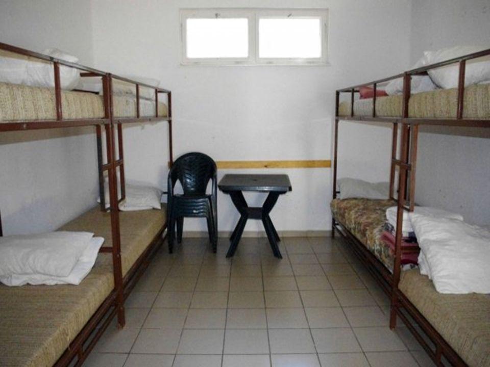 Vizesblokk (zuhanyzó, WC) különálló épületben leány és fiú Egyéb szolgáltatások: Sportolási lehetőség a tábor területén (sportpálya).