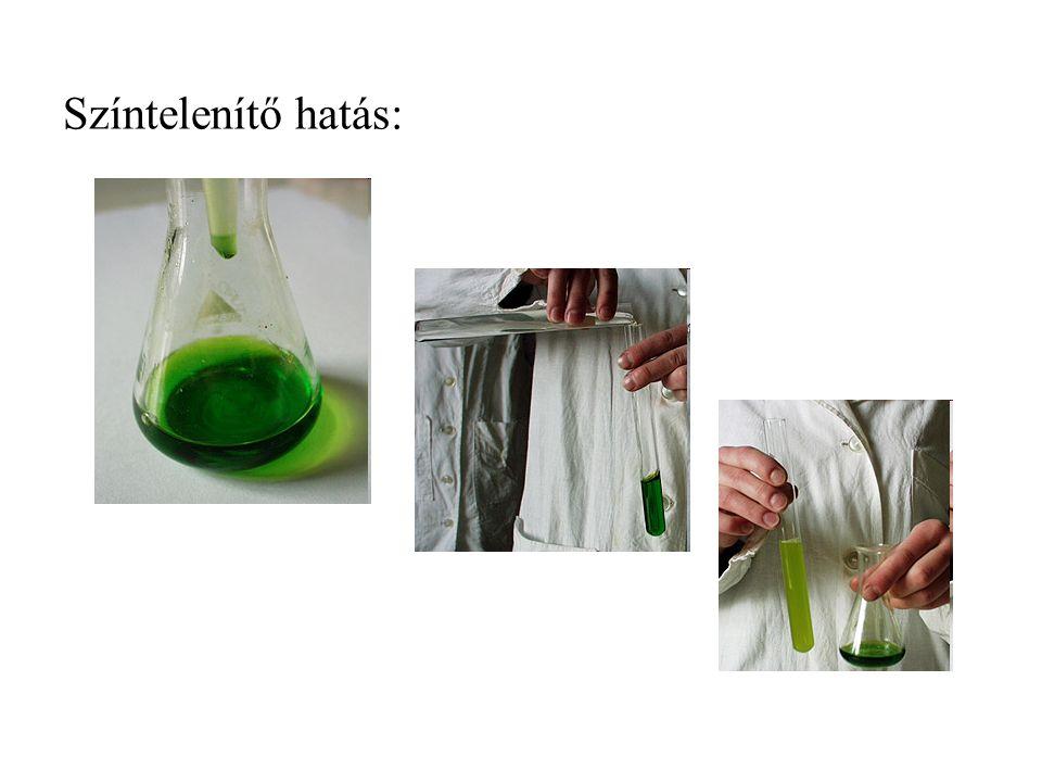 Színtelenítő hatás: Klór és a tisztítószerek A klór (Cl 2 ) tulajdonságai A klórgáz zöldessárga színű, fojtó szagú, köhögésre ingerlő, mérgező, a levegőnél nagyobb sűrűségű gáz.
