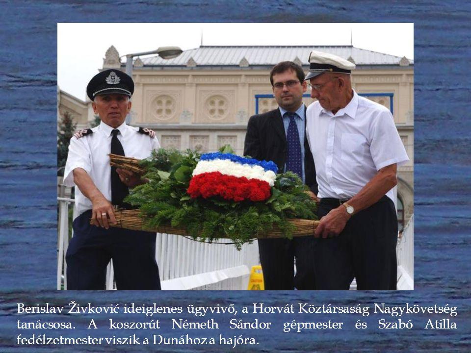 A Szerb Köztársaság Nagykövetségének koszorúját a magyar tengerészek viszik a Dunához a hajóra.