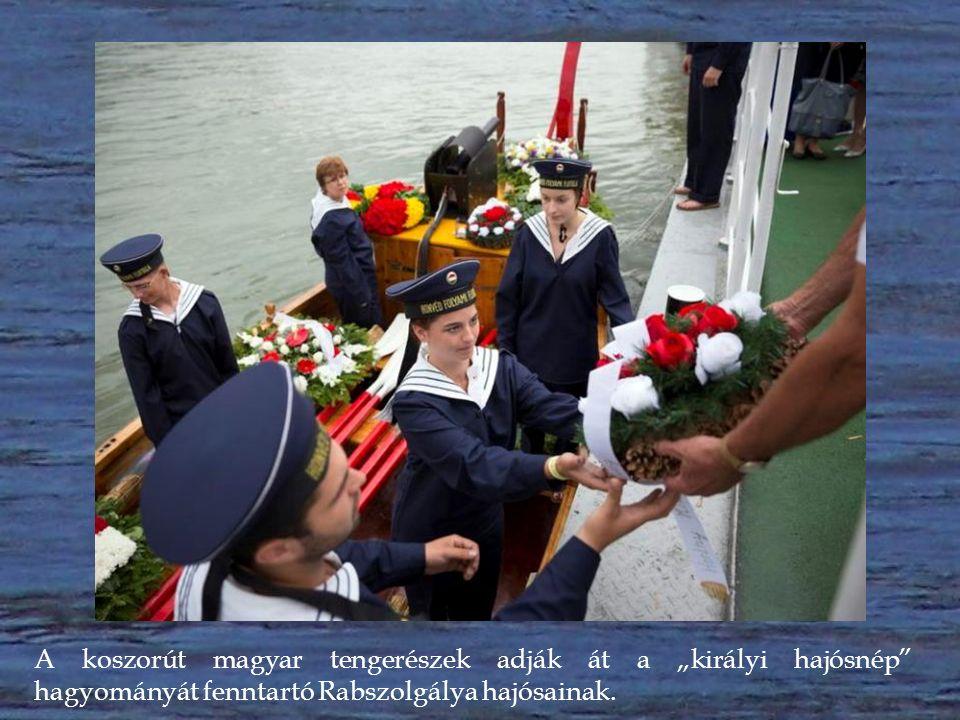 Szabó Zoltán építészmérnök kíséretében az ÓMT koszorúját Zsigmond Gábor első tiszt és Moóry László gépüzemvezető viszi a Dunához a hajóra.