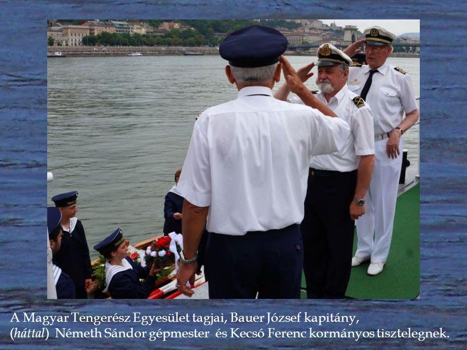 """A koszorút magyar tengerészek adják át a """"királyi hajósnép hagyományát fenntartó Rabszolgálya hajósainak."""