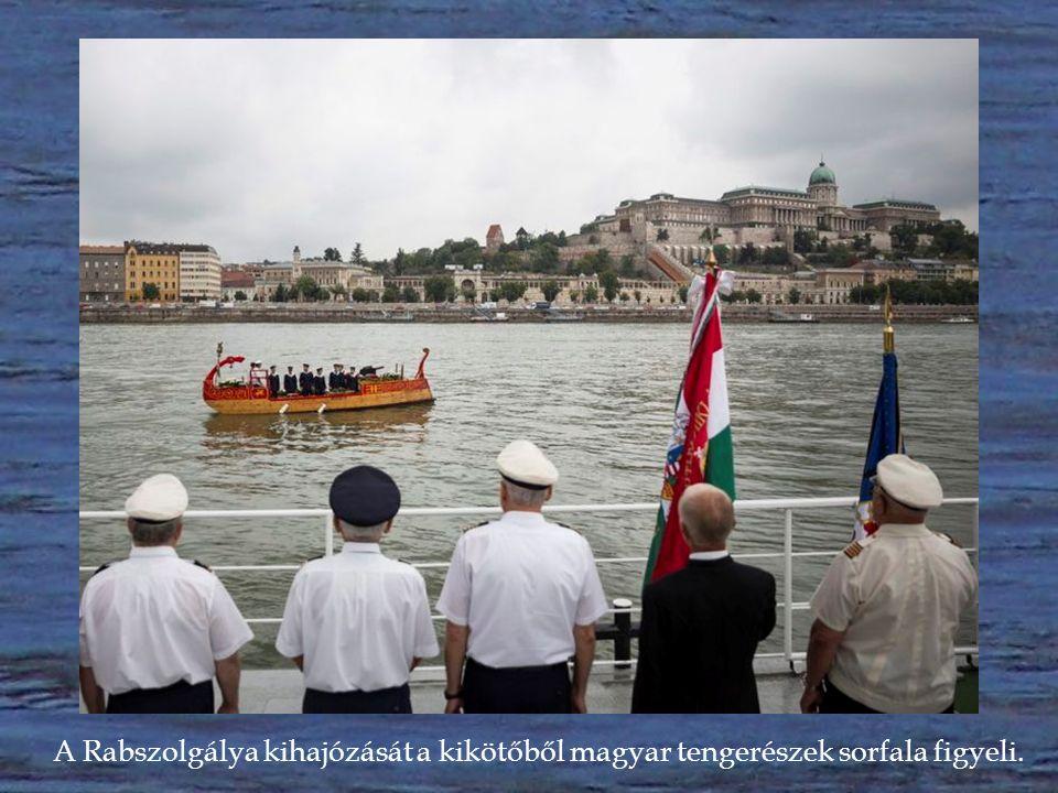 """A """"királyi hajósnép hagyományát fenntartó Óbudai Sport Egyesületből, a Rabszolgálya kihajózik a koszorúzáshoz."""