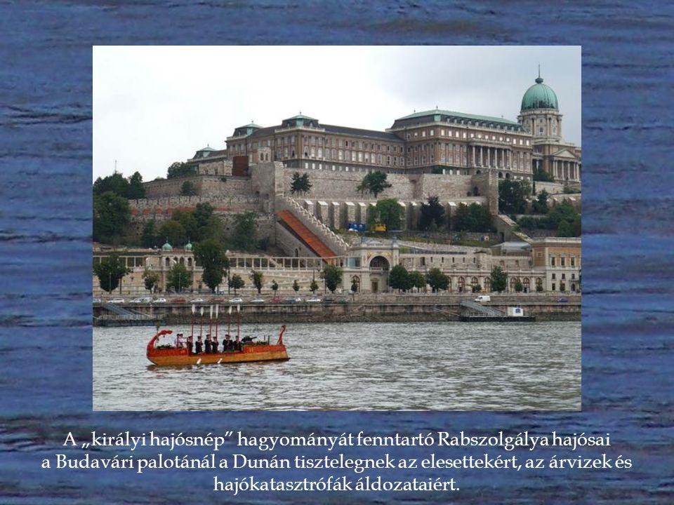 A Rabszolgálya kihajózását a kikötőből magyar tengerészek sorfala figyeli.