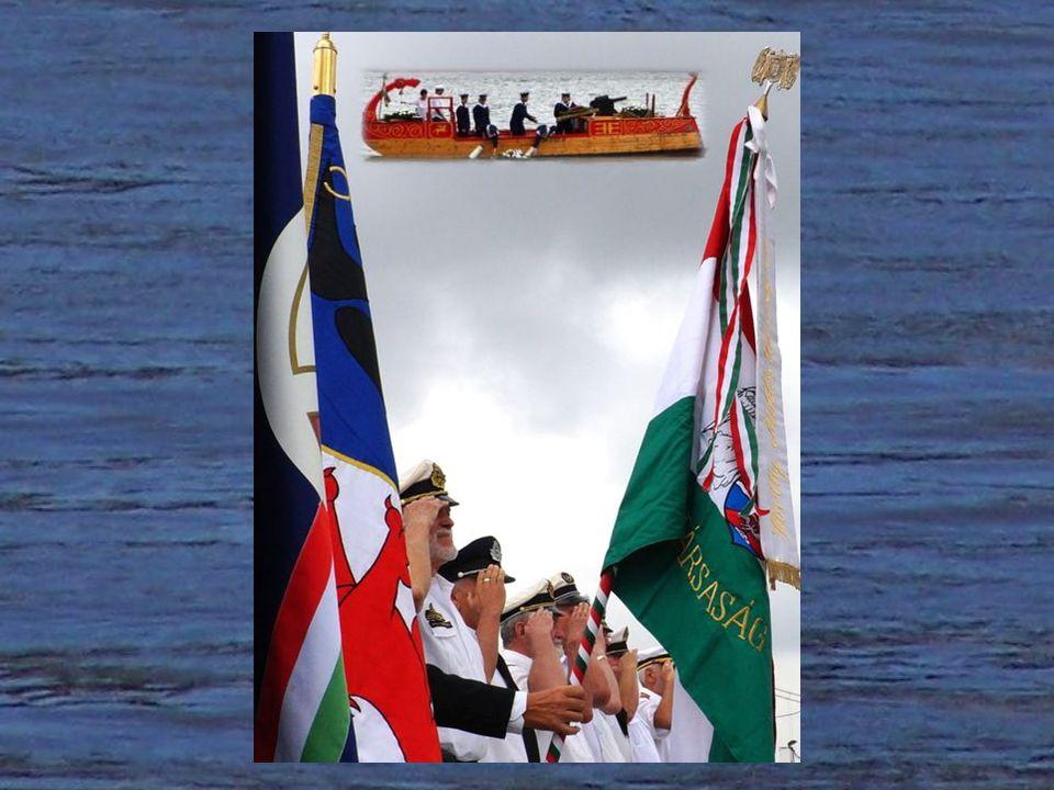 A Rabszolgálya hajósai harangkondítás mellett helyezik a Duna vizére az emlékezés virágait az elesettekért, az árvizek és hajókatasztrófák áldozataiért.