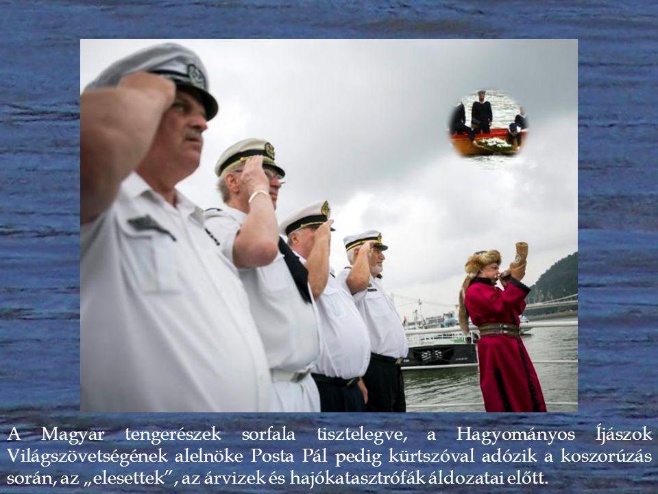 """A Magyar tengerészek sorfala tisztelegve, a Hagyományos Íjászok Világszövetségének alelnöke Posta Pál pedig kürtszóval adózik a koszorúzás során, az """"elesettek , az árvizek és hajókatasztrófák áldozatai előtt."""