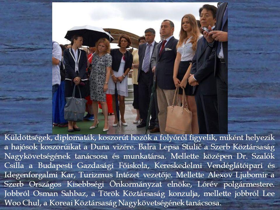 A Rabszolgálya hajósai harangkondítás mellett, az elesettekért, az árvizek és hajókatasztrófák áldozataiért az emlékezés virágait helyezik a Duna vizére.