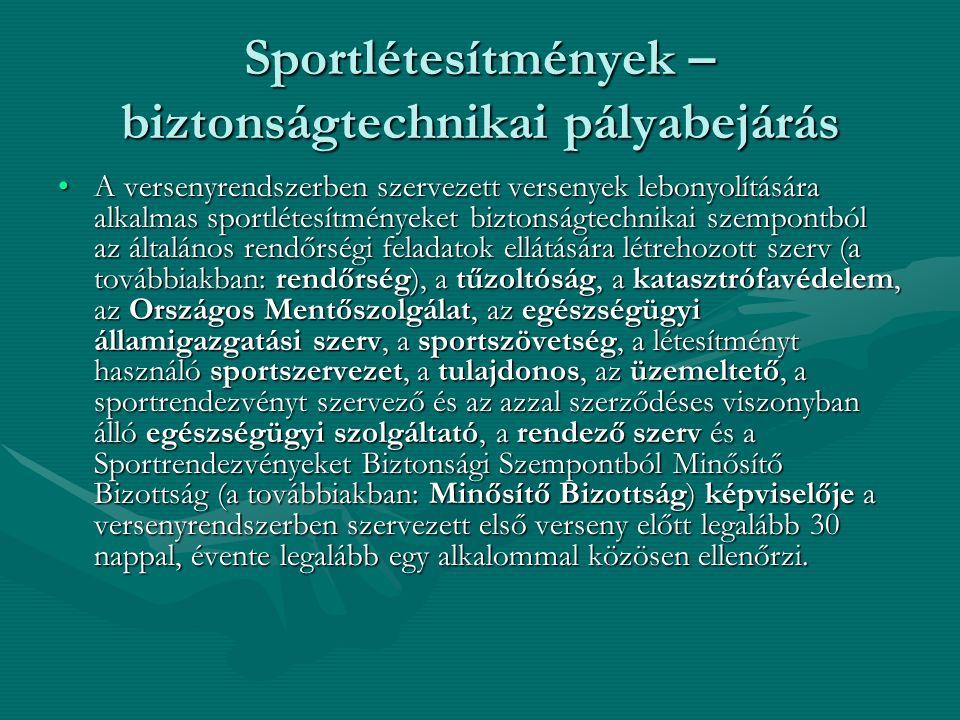 Sportlétesítmények – biztonságtechnikai pályabejárás A versenyrendszerben szervezett versenyek lebonyolítására alkalmas sportlétesítményeket biztonságtechnikai szempontból az általános rendőrségi feladatok ellátására létrehozott szerv (a továbbiakban: rendőrség), a tűzoltóság, a katasztrófavédelem, az Országos Mentőszolgálat, az egészségügyi államigazgatási szerv, a sportszövetség, a létesítményt használó sportszervezet, a tulajdonos, az üzemeltető, a sportrendezvényt szervező és az azzal szerződéses viszonyban álló egészségügyi szolgáltató, a rendező szerv és a Sportrendezvényeket Biztonsági Szempontból Minősítő Bizottság (a továbbiakban: Minősítő Bizottság) képviselője a versenyrendszerben szervezett első verseny előtt legalább 30 nappal, évente legalább egy alkalommal közösen ellenőrzi.A versenyrendszerben szervezett versenyek lebonyolítására alkalmas sportlétesítményeket biztonságtechnikai szempontból az általános rendőrségi feladatok ellátására létrehozott szerv (a továbbiakban: rendőrség), a tűzoltóság, a katasztrófavédelem, az Országos Mentőszolgálat, az egészségügyi államigazgatási szerv, a sportszövetség, a létesítményt használó sportszervezet, a tulajdonos, az üzemeltető, a sportrendezvényt szervező és az azzal szerződéses viszonyban álló egészségügyi szolgáltató, a rendező szerv és a Sportrendezvényeket Biztonsági Szempontból Minősítő Bizottság (a továbbiakban: Minősítő Bizottság) képviselője a versenyrendszerben szervezett első verseny előtt legalább 30 nappal, évente legalább egy alkalommal közösen ellenőrzi.