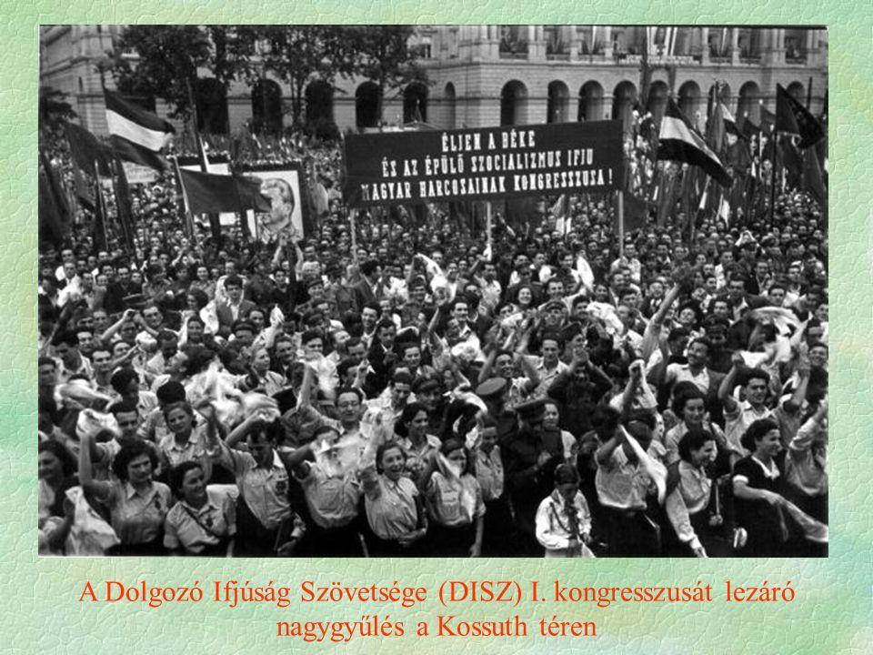 A Dolgozó Ifjúság Szövetsége (DISZ) I. kongresszusát lezáró nagygyűlés a Kossuth téren
