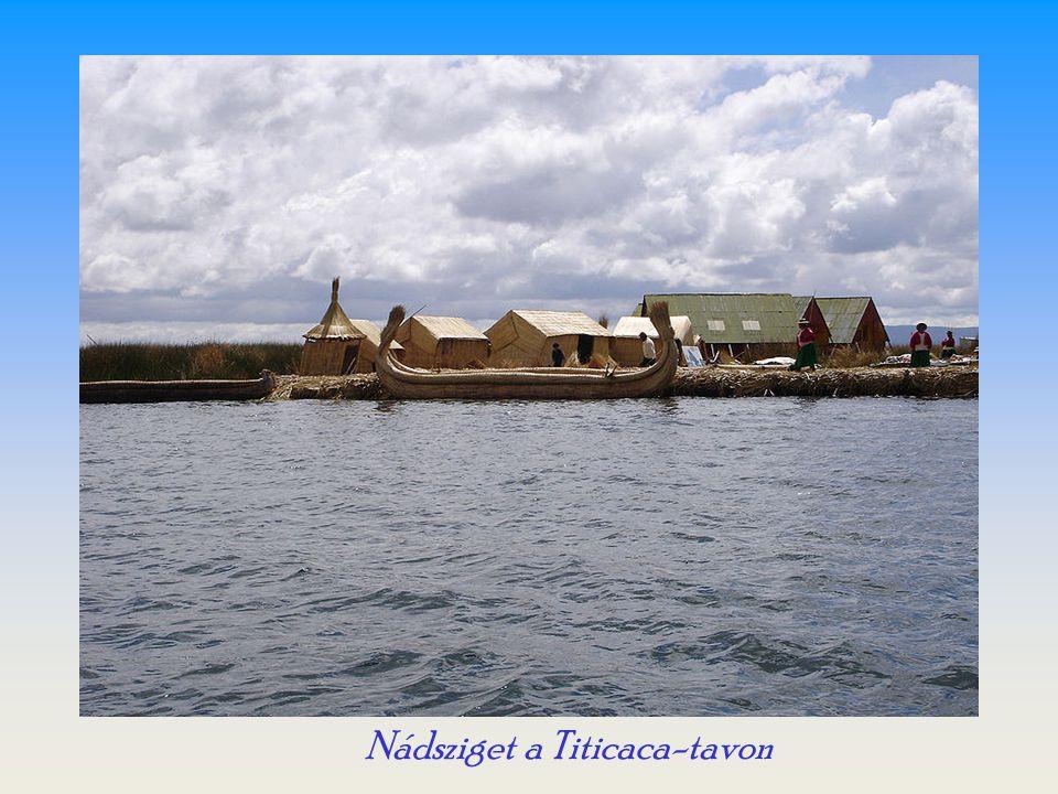 Peruban a Titicaca-tó természetes szigetei mellett több kisebb úszó sziget is található, amelyek közül néhány Uro indiánok lakta.