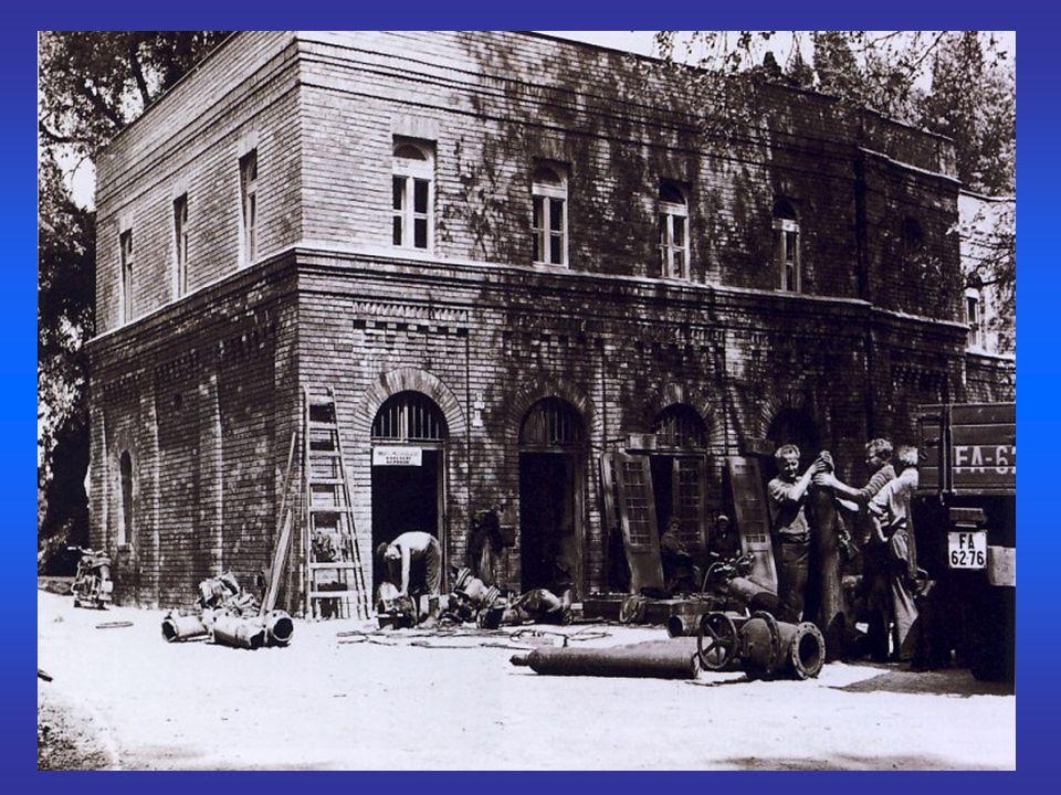 """15 éves lakásépítési program 1961-75 eleve távhőellátásra tervezett épületek (nincs kémény!) olajtüzelésű fűtőművek állandó tömegáramú rendszerek panelprogram """"lakásínség , társbérletek a tervezett lakásépítési tempó csak nagypaneles technológiával tartható olcsó, gyors, tömeges lakásépítés 1973: első olajválság """"bukaresti árelv (KGST) egycsöves fűtések 1989/90"""
