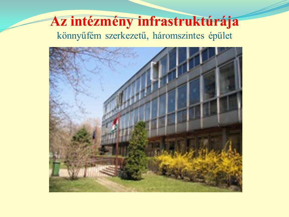 Az intézmény infrastruktúrája könnyűfém szerkezetű, háromszintes épület