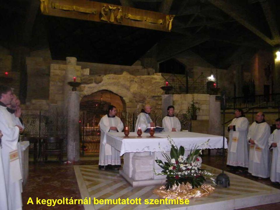 A kegyoltárnál bemutatott szentmise