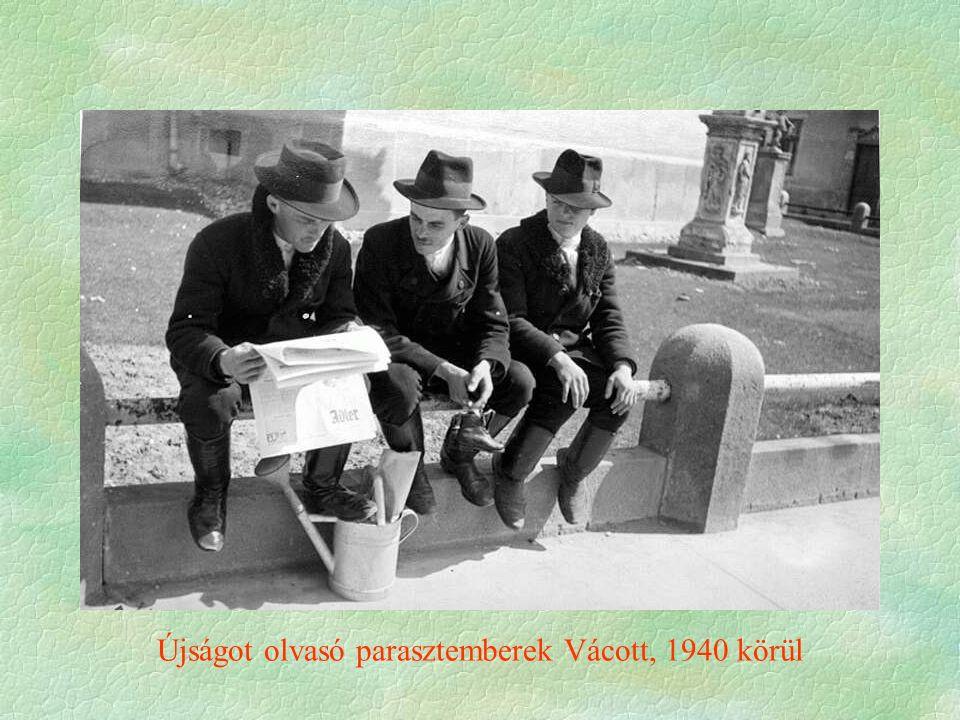 Újságot olvasó parasztemberek Vácott, 1940 körül