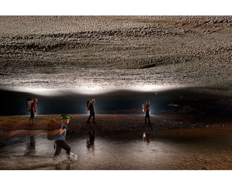 Bámulatosan szép tavak, sőt homokos öblök is kialakultak a mélyben.