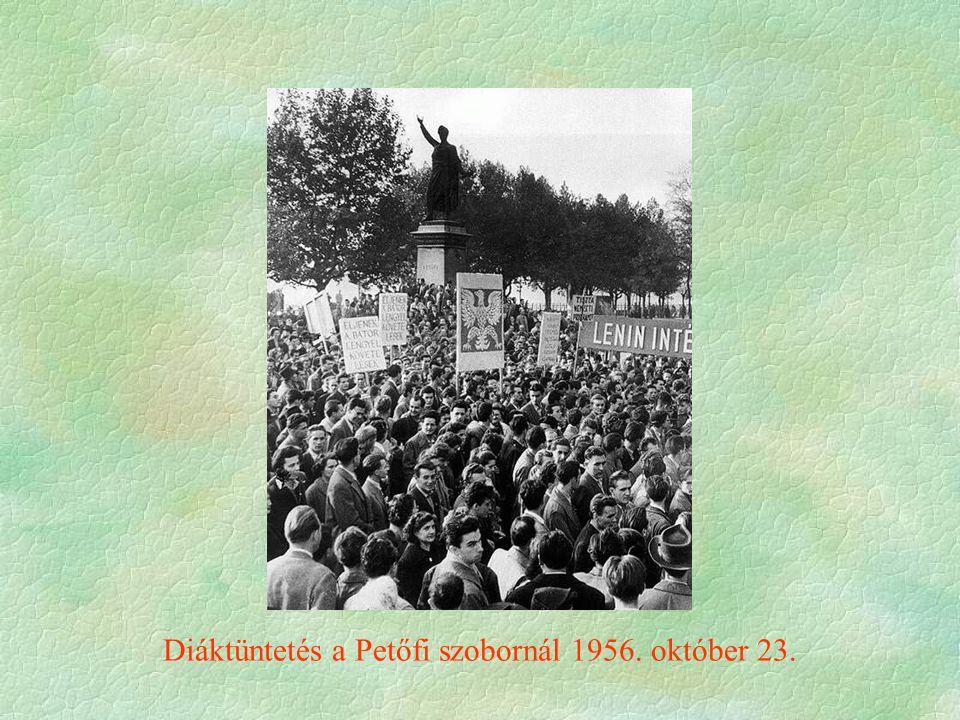 Diáktüntetés a Petőfi szobornál 1956. október 23.