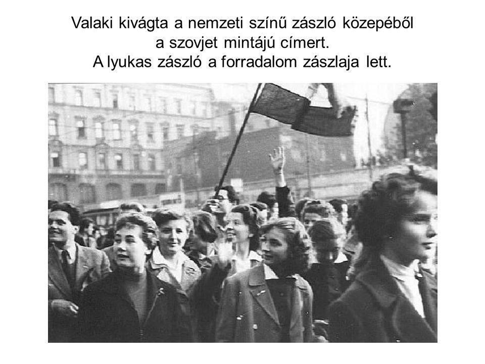 Valaki kivágta a nemzeti színű zászló közepéből a szovjet mintájú címert. A lyukas zászló a forradalom zászlaja lett.