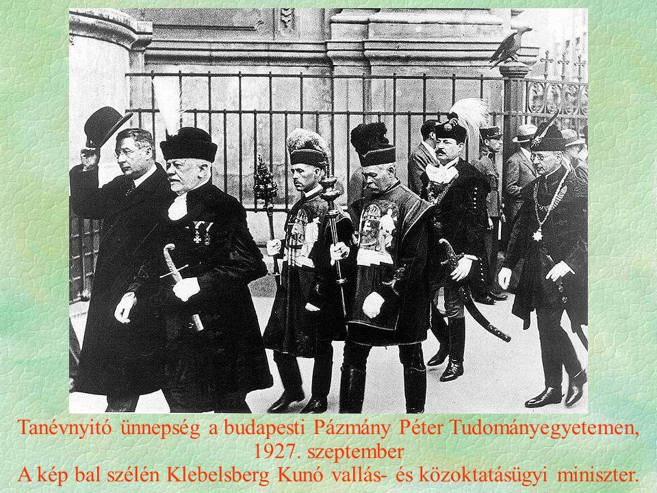 Tanévnyitó ünnepség a budapesti Pázmány Péter Tudományegyetemen, 1927. szeptember A kép bal szélén Klebelsberg Kunó vallás- és közoktatásügyi miniszte