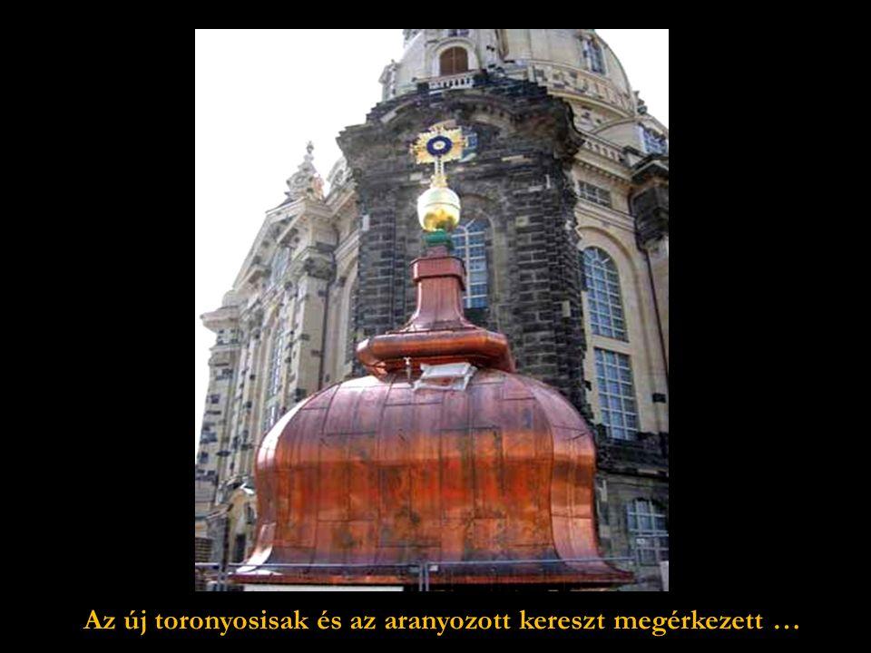 Grant McDonald brit művész, a fémszobrász, megbízást kap a Frauenkirche kupolájára ke- rülő arany kereszt elkészítésére.