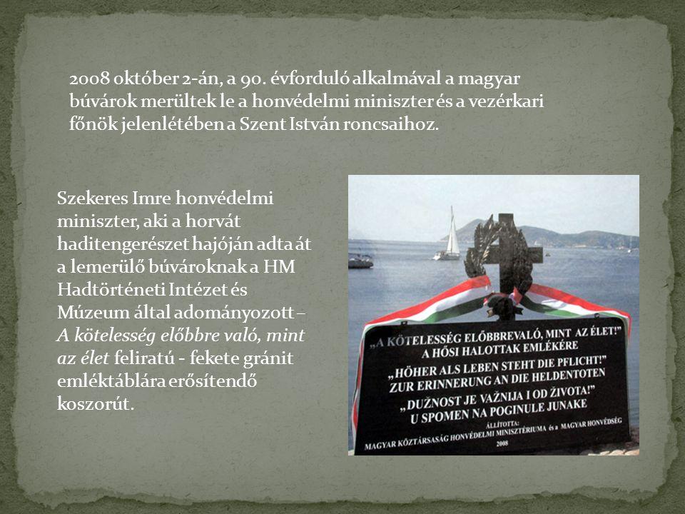 Szekeres Imre honvédelmi miniszter, aki a horvát haditengerészet hajóján adta át a lemerülő búvároknak a HM Hadtörténeti Intézet és Múzeum által adományozott – A kötelesség előbbre való, mint az élet feliratú - fekete gránit emléktáblára erősítendő koszorút.