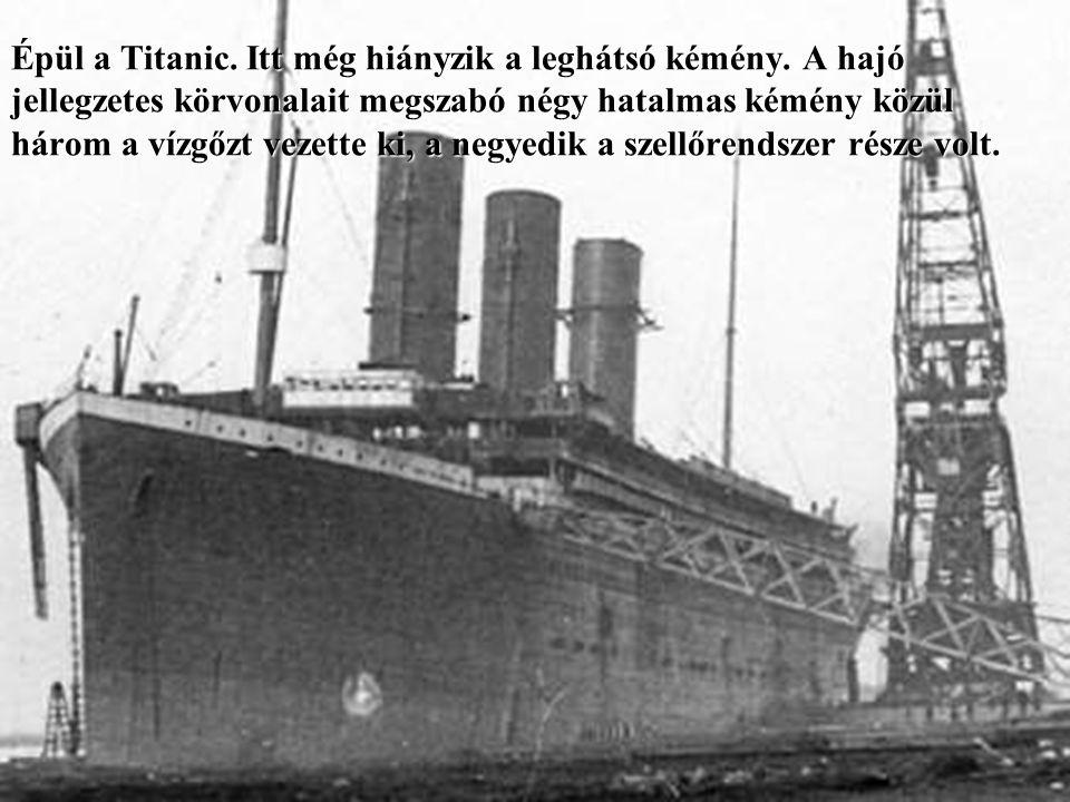 Épül a Titanic.