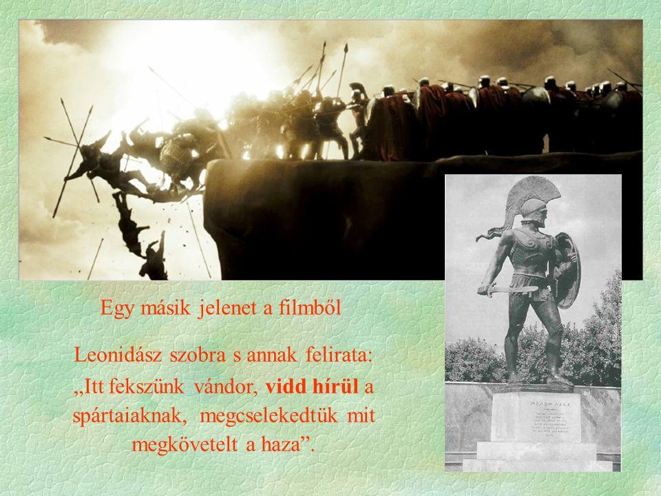 """Egy másik jelenet a filmből Leonidász szobra s annak felirata: """"Itt fekszünk vándor, vidd hírül a spártaiaknak, megcselekedtük mit megkövetelt a haza"""""""